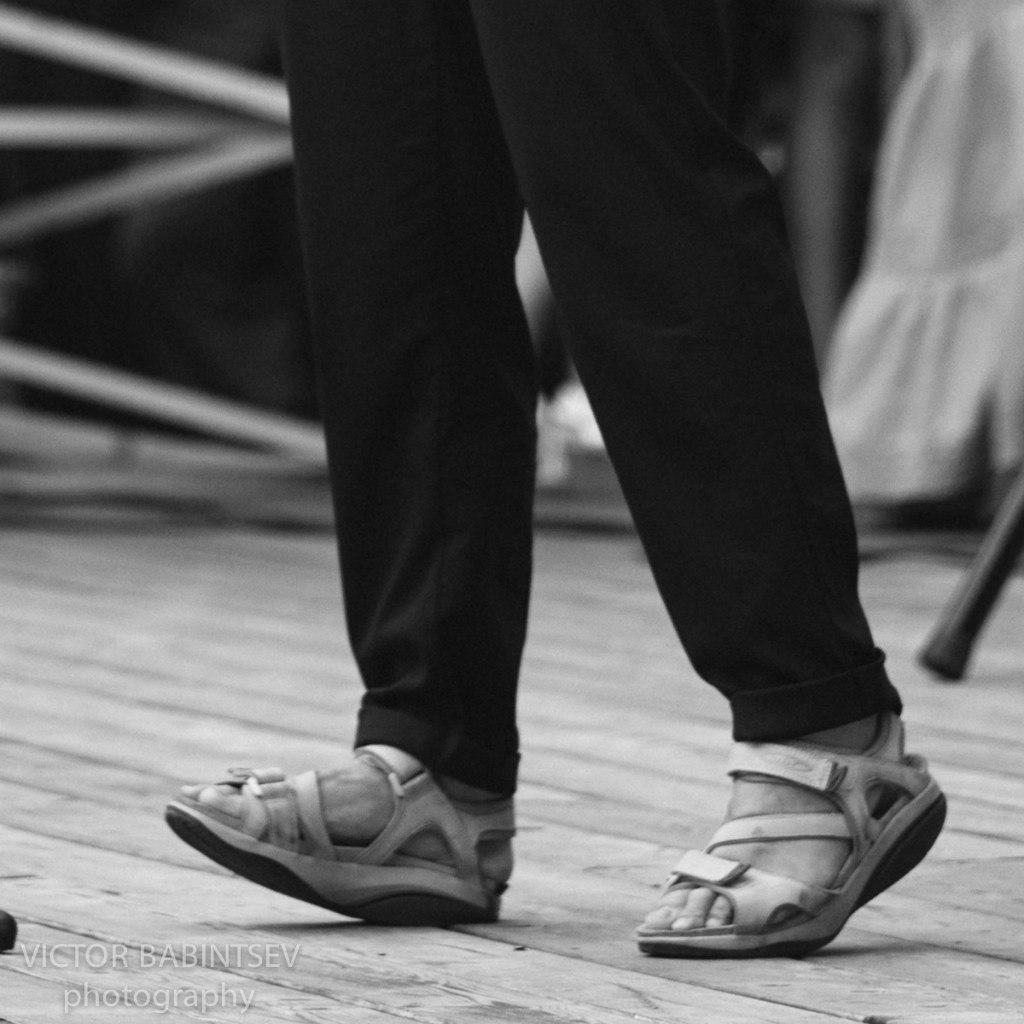 Треп, треп лижет грязную обувь