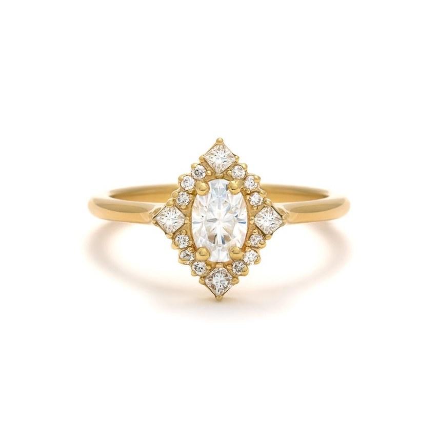 JtAhLUrjwyQ - Обручальные кольца по уникальным эскизам от известных дизайнеров 2019