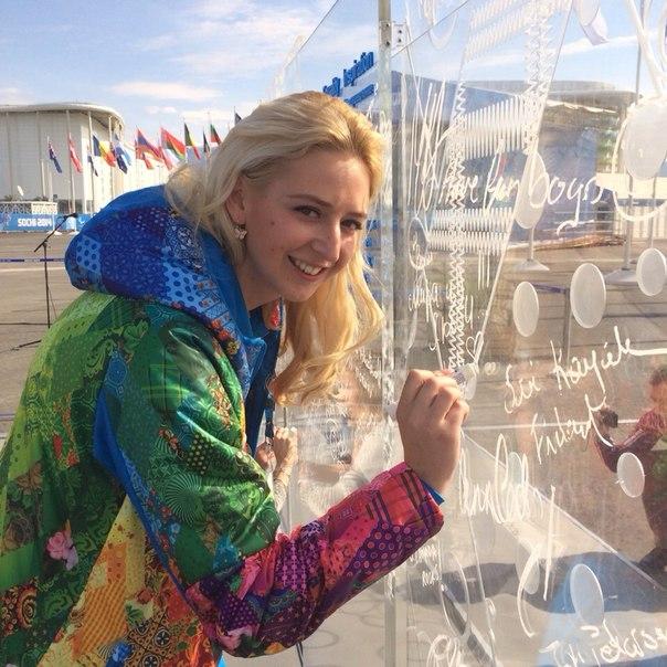 По традиции открыта Паралимпийская стена. Первую надпись оставила чемпионка, мэр прибрежной деревни Олеся Владыкина!