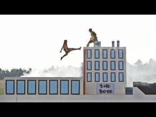 Трейсер Джейсон Пол проходит уровень из двухмерной ретро-игры, построенный в реальной жизни.