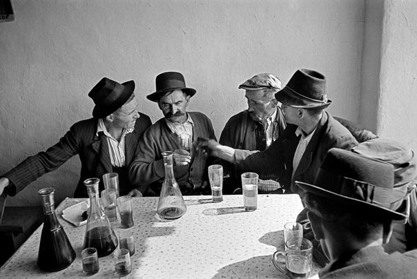 Вернер Бишоф — швейцарский фотограф и фотожурналист, член агентства Magnum с 1949 года до самой своей гибели в 1954-м. Даже став признанной звездой фотоискусства, Бишоф так и не расстался со своим стареньким роллейфлексом, очень неудобным для уличной рабо