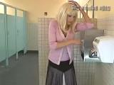 Сушилка задрала блондинке юбку!
