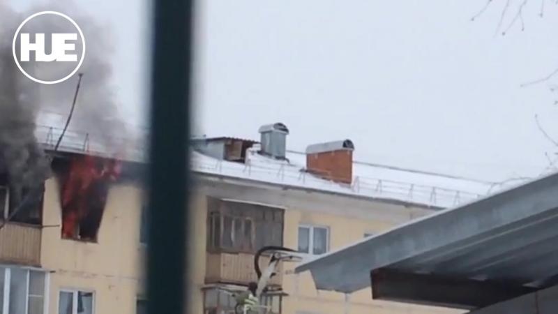 Каменске-Уральском мужчина переждал пожар за окном дома