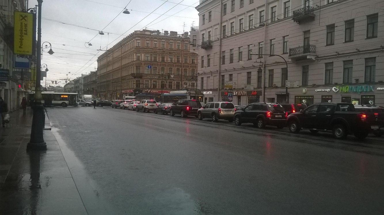 ВПетербурге пешеход поменял собой сломанный светофор наНевском проспекте