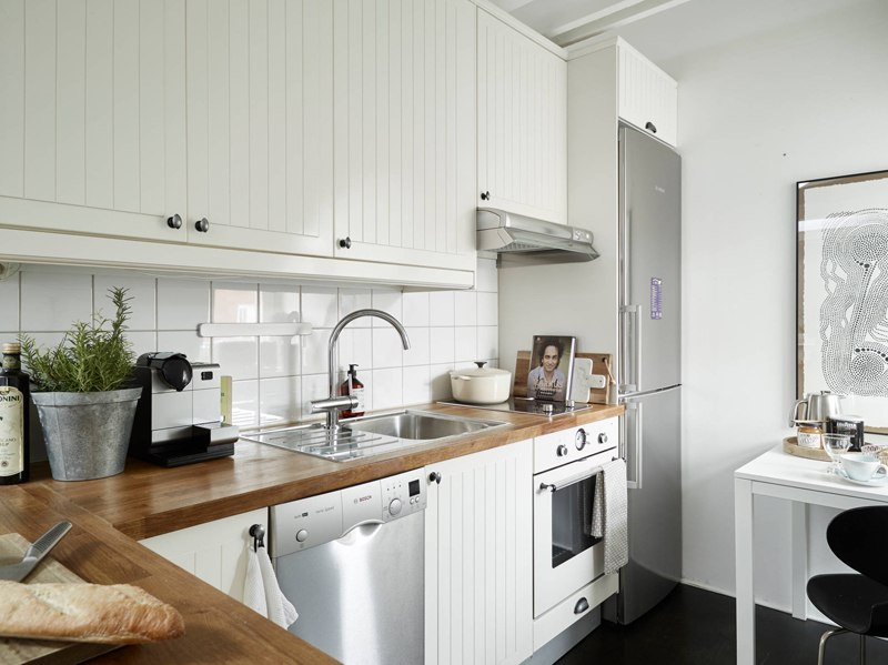 Светлый и легкий интерьер мансардной квартиры 31 м в Швеции.