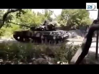Луганск ополченцы осваивают захваченный танк Т 64 24 06 2014 Украина сегодня новости Донецк Россия