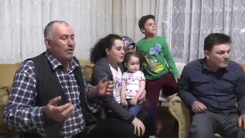 Семья турецкого борца, 8-ми кратного чемпиона Европы, смотрит финальный бой по тв.