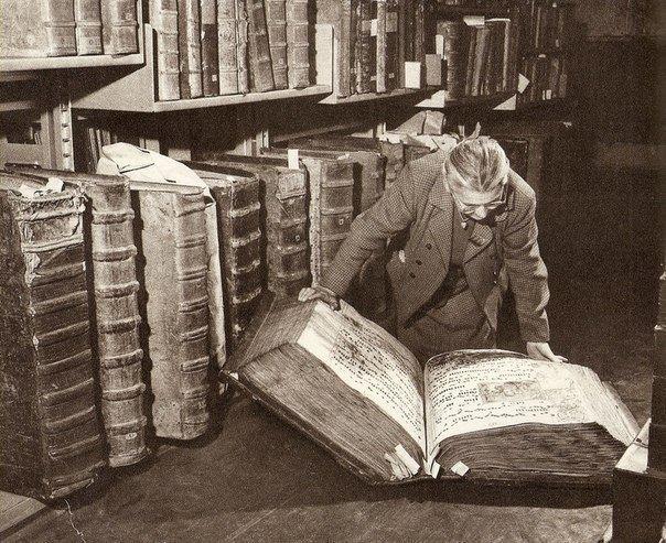 Гигантские книги из монастырской библиотеки!