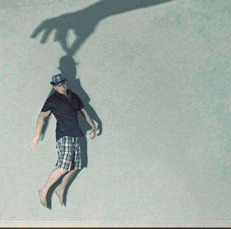 08 Вставить себя в фотографию  Сделав такой снимок Канадский фотограф Шон Ван Дале, показывает, как самые простые образы часто являются наиболее эффектными и интересными, если их прибоднести с необычной стороны.