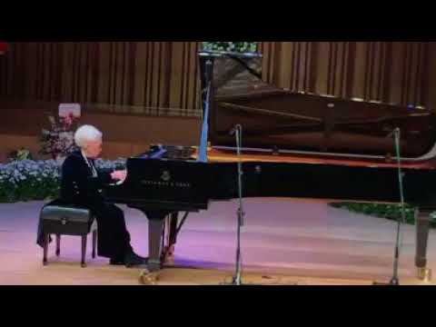 100-yr-old pianist plays Mazurka by Chopin