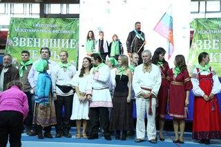 Анатолий Молчанов пригласил к сцене всех участников автопробега