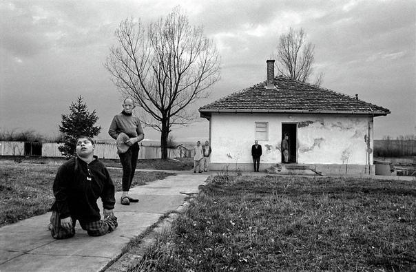 Сумасшедший дом в Сербии Мир, который существует вокруг нас, — вполне понятное и обыденное место. Нечасто удается заглянуть куда-то за привычные рамки быта, но порой, когда это случается —