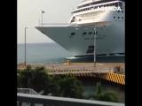 Круизный лайнер протаранил порт