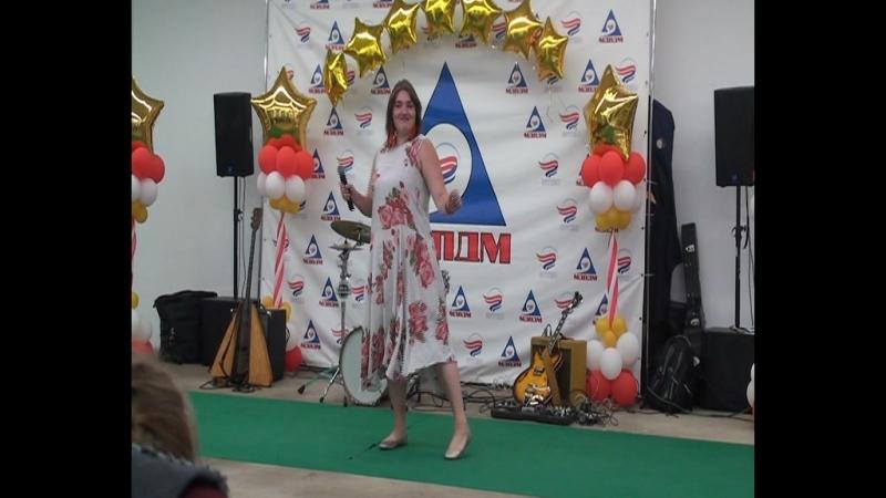 Юля исполняет песню Арно Бабаджаняна на слова Леонида Дербенева Лучший город земли