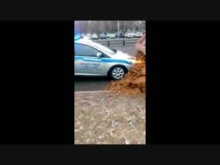 Водитель высыпал песок на авто полиции в Москве