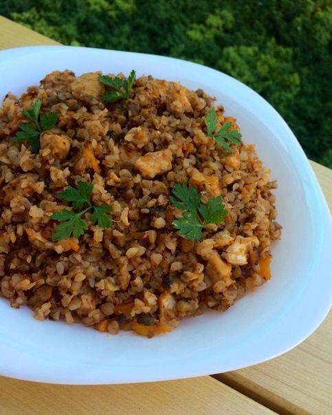 гречка по-купечески с курицей и грибами ингредиенты:1. гречневая крупа - 180 г в сухом виде2. лук - 140 г (1 шт)3. морковь - 90 г (1 шт)4. шампиньоны - 150 г в очищенном виде5. куриное филе -