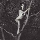 – Канье, сфоткай, как я на нашу яблоню лезу, мне надо срочно что-то в инстаграм запостить.