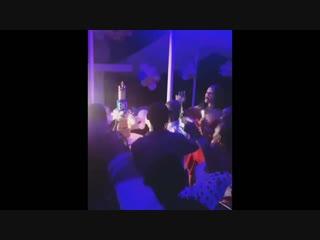 Рианна устроила шумную вечеринку в честь 90-летия своего дедушки на Барбадосе