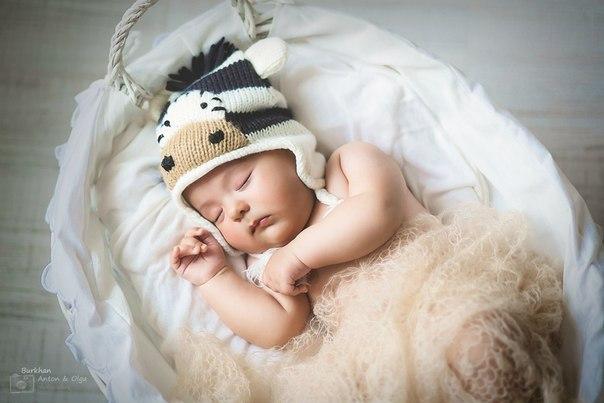 Спит моё чудо со мной на подушке. Маленький носик, губки и ушки. Ручкой своей он меня обнимает, Сердце моё в этот миг замирает! Тихо сопит мой комочек родной, Спи моё счастье, мама с тобой!