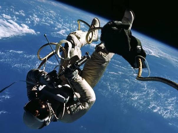Первый американский выход в открытый космос  Астронавт Эд Уайт.
