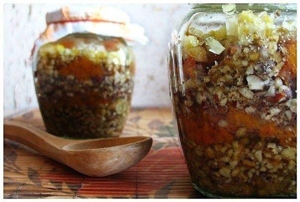 Создайте баночку витаминов! (Для взрослых и детей) Два рецепта смесей для укрепления иммунитета для взрослых и детей. 1) Пропустить через мясорубку 1/2 стакана изюма, 1 стакан ядер грецкого ореха, 0,5 стакана миндаля (очень хорошо добавить кедровые орешки - супер поднятие иммунитета), кожуру 2 лимонов. Сами лимоны выжать в массу, кожуру же пропускать через мясорубку отдельно. Далее добавляем 0,5 стакана кураги и столько же чернослива, 150 грамм меда. Настаивать 1-2 дня в темном месте, хранить…