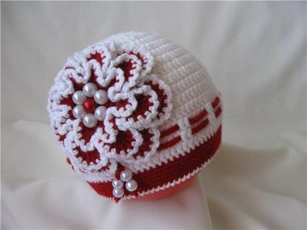 Вязанная шапочка с цветком