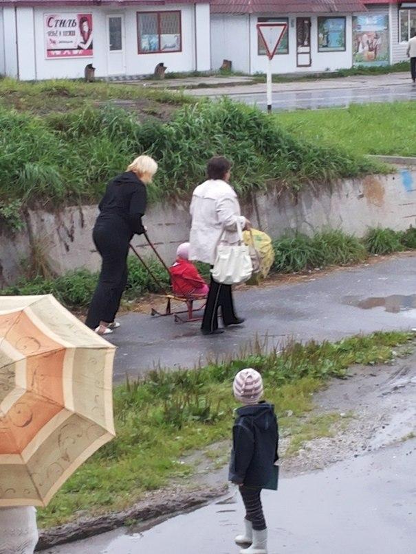 В центре Гагарина женщина везла дочь на санках...