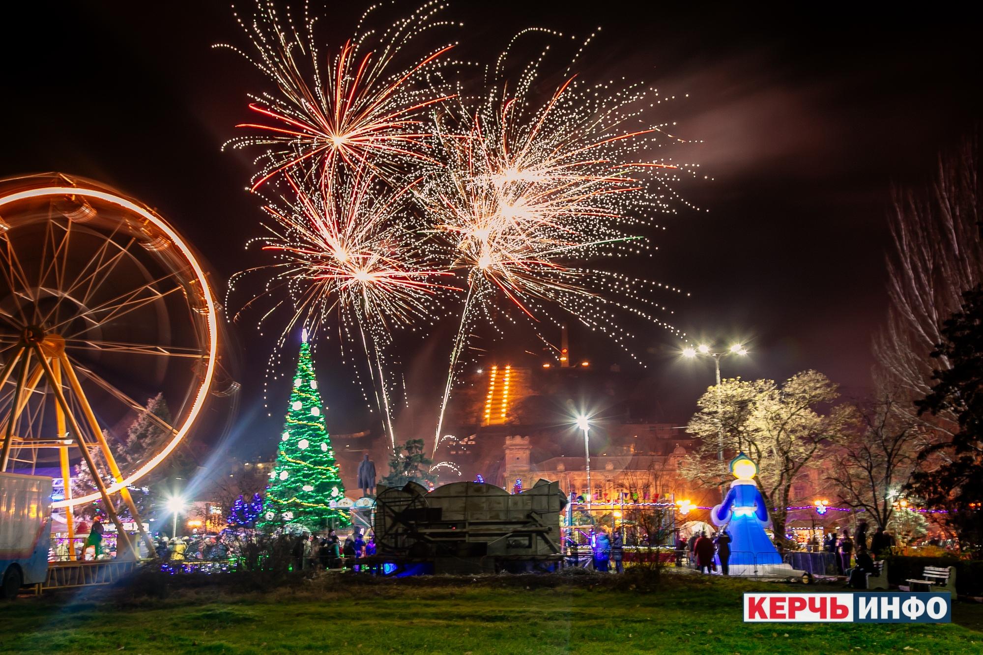 Фейерверк на открытие зимних праздников в Керчи, 22 декабря 2018 года. Новый год и Рождество в Керчи - работа пиротехнического шоу из Евпатории