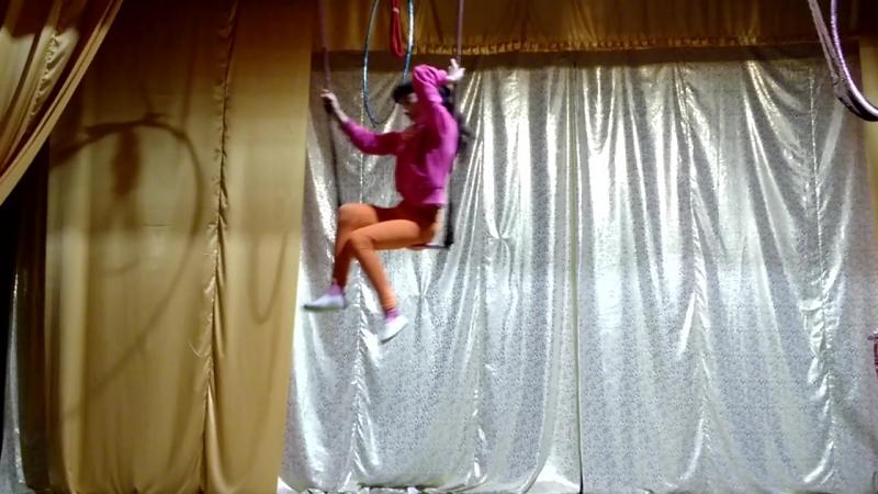 воздушная гимнастка в трапеции, цирк