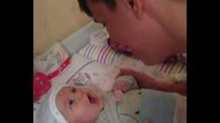 2-ух месячный ребенок поет с папой, звезда с пеленок и папина доця