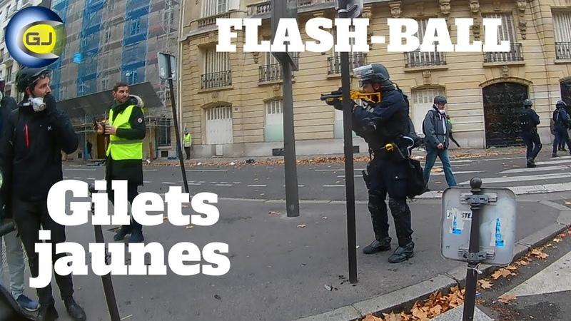Policière tire un coup de Flash-Ball en passant, tranquille. Gilets jaunes, Paris, 8 décembre.