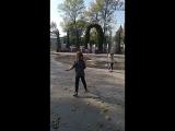 Каролина с Катюшей танцуют у фантана