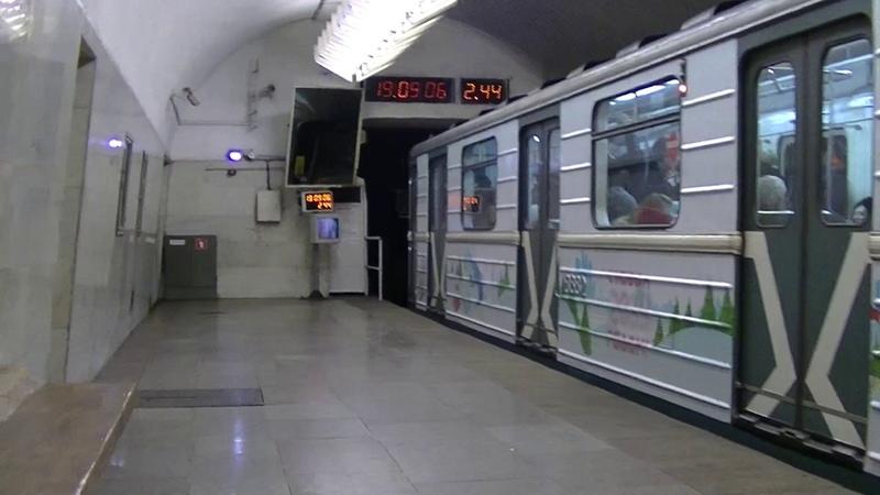 Новогодний поезд-2019 из вагонов 81-717.5/81-714.5 в Московском метро.