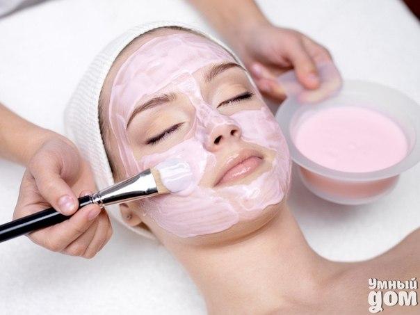 ТОП-5 домашних масок для лица с аромамаслами Маски с аромамаслами помогут тонизировать, напитать и увлажнить кожу лица. Хотите продлить молодость? В таком случае возьмите на вооружение рецепты домашних масок для лица с эфирными маслами, которые позаботятся о коже, помогут предотвратить ранее старение. Домашние маски для лица с аромамаслами Очищающая маска Для кожи, склонной к жирности, хорошим решением станет маска с грейпфрутом и маслом апельсина. Для этого следует взять 1 столовую ложку…