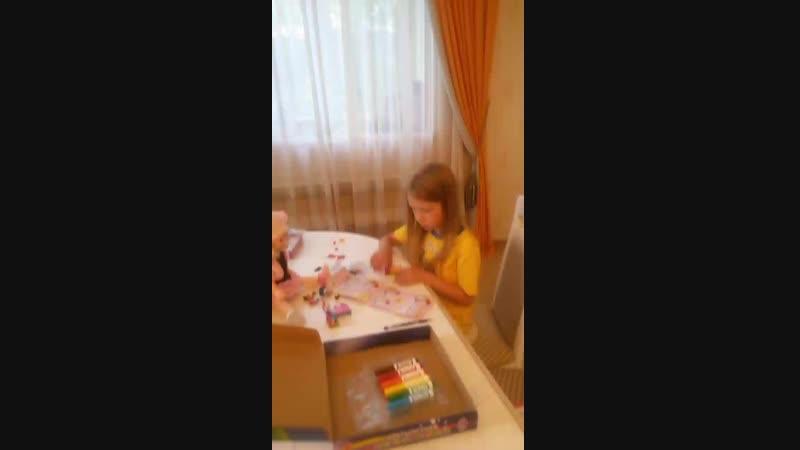Анюта собирает Лего