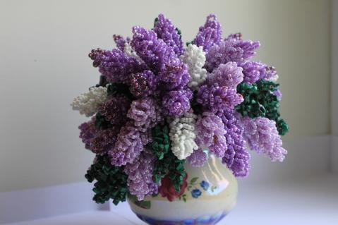 Вот именно цветы и можно сделать вечными и прекрасными с помощью бисера.  Сирень из бисера.