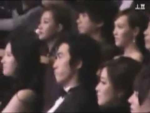 2 девушки ССХ рядом в Шанхае Song Seung Heon at Cosmo Beauty Award 2012 (offstage with Kim Hee Sun)