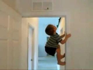 Дети залезают на стену как человек-паук, чтобы достать конфеты.