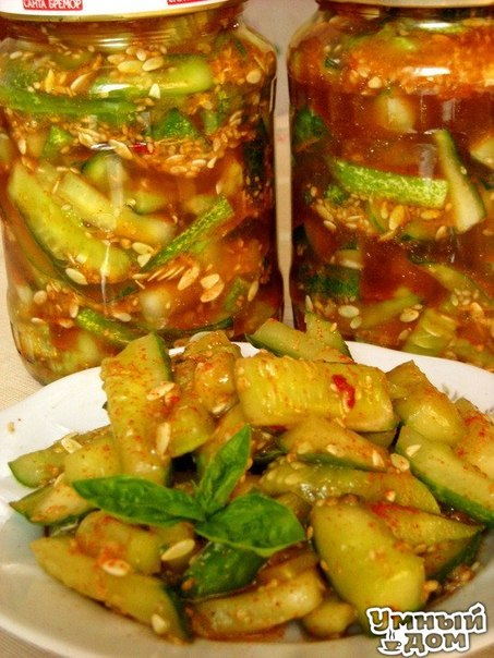 Кисло-сладкие огурцы с кунжутом - Удивим зиму вкусом!!! Ингредиенты 2,5 кг огурцов 2-2,5 ст. ложки (без горки) крупной каменной соли (не йодированной!) 50-70 г семени кунжута (по вкусу) 5-7 средних зубчиков чеснока (по вкусу) 2-4 маленьких горьких перчины (по вкусу) 1 ст. ложка уксусной эссенции (70%) 3-5 ст. ложки соевого соуса (по вкусу, в зависимости от содержания соли в соусе) 3-3,5 ст. ложки сахара (по вкусу) 3-4 ч. ложки молотой сладкой паприки (по вкусу) около 10 ст. ложек растительного…