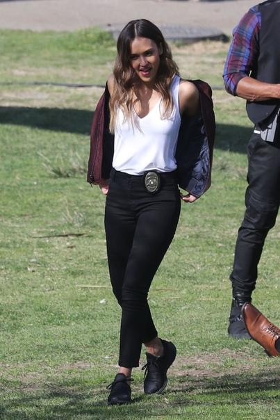 Джессика Альба на фото со съёмок спин-оффа «Плохих парней» В Сеть просочились свежие фото со съёмок сериала «Лучшие в Лос-Анджелесе» спин-оффа «Плохих парней» с Джессикой Альбой в главной роли.