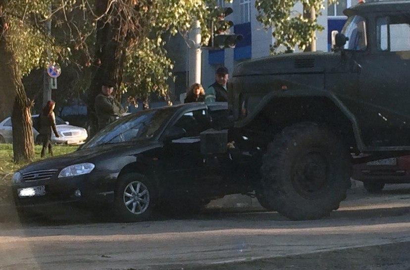 Только что в Таганроге «ЗИЛ» с установкой для бурения скважин протаранил легковушку