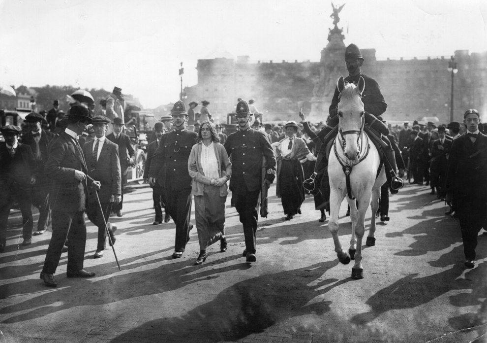 16-летняя суфражистка Dora Thewlis арестована возле Букингемского дворца, Лондон, Англия, 1907 год.