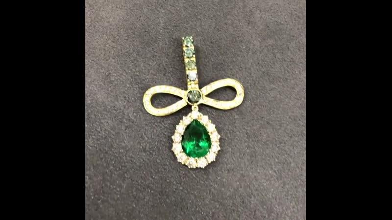 Золото 18К, белые бриллианты 1,7 ct, зеленые бриллианты 0,88 ct, колумбийский изумруд 3,1 ct.