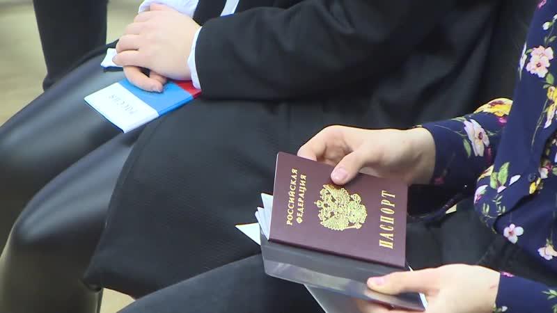 Десна-ТВ_ Мы граждане России_ в Смоленской области вручили паспорта новоиспеченным россиянам
