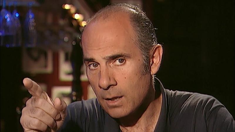 Hugues Delatte (Raphaël Mezrahi) interviewe Guy Marchand