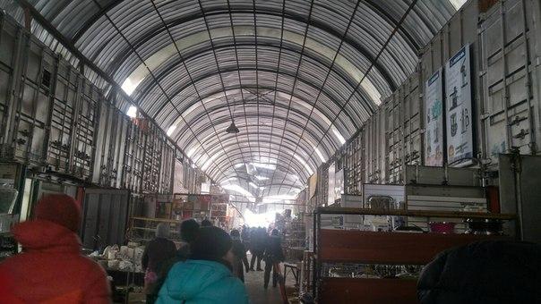 От большого слоя снега провалилась крыша на рынке