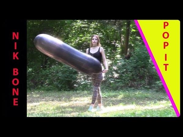Ein riesiger schwarzer Luftballon vergnügt sich im Wald bis er vor Freude platzt - Alina