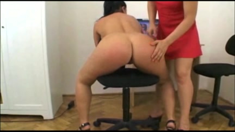 Жёстко отшлёпала пышку по заднице, spank ass butt booty hard lesbiam milf fat