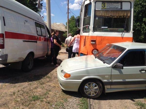 В Таганроге трамвай №3 протаранил «ВАЗ-21015»