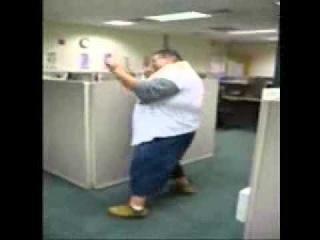 Толстый парень танцует в оффисе